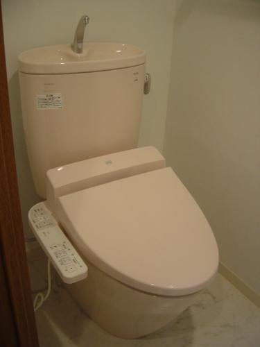 最新のトイレで節水、お手入れしやすいフチなし形状