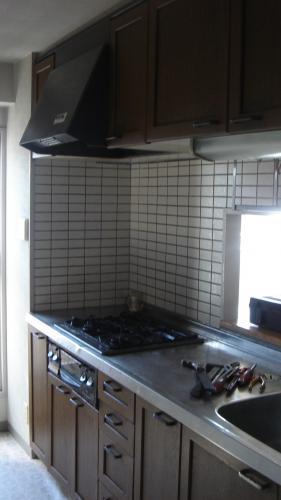 光が差し込む明るいキッチンに大変身